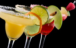 cocktails-glasses-fruit-berries-raspberry-apple-lime-dark-background-cinnamon